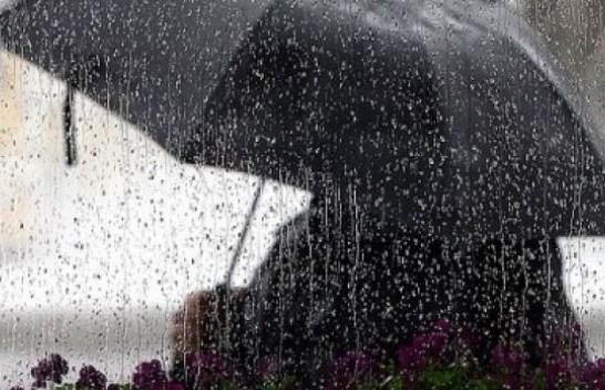 Vijojnë reshjet e shiut! Ja si parashikohet moti nesër