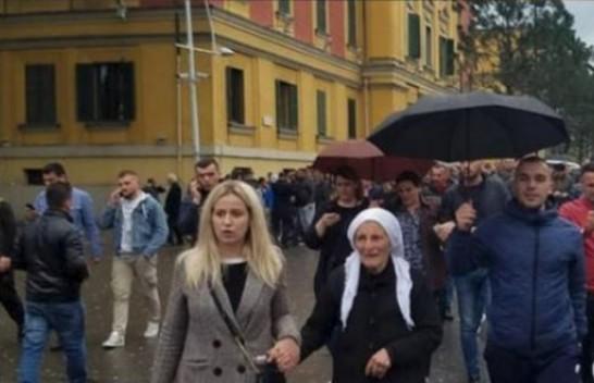 Kush është 80 vjeçarja që sfidoi motin për protestë?