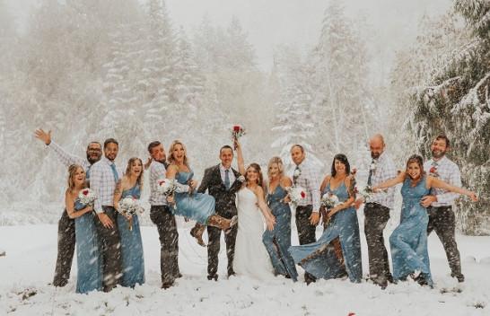 Stuhia e borës e shtatorit ua prish ditën e madhe çiftit - por është perfektë për foto epike të martesës