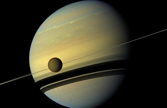 Saturni planeti me më së shumti hëna