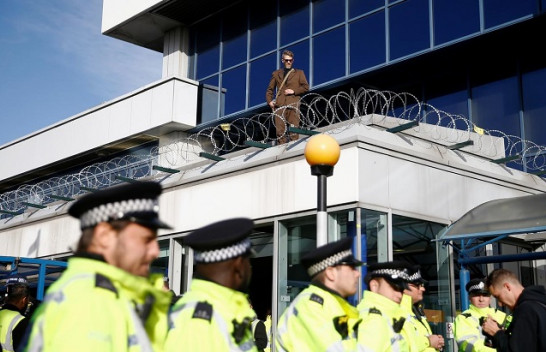 Protestuesit e klimës përpiqen të bllokojnë aeroportin e Londrës