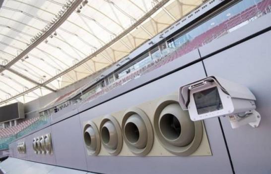 Katari instalon kondicionerë në ambientet e jashtme për të luftuar nxehtësinë