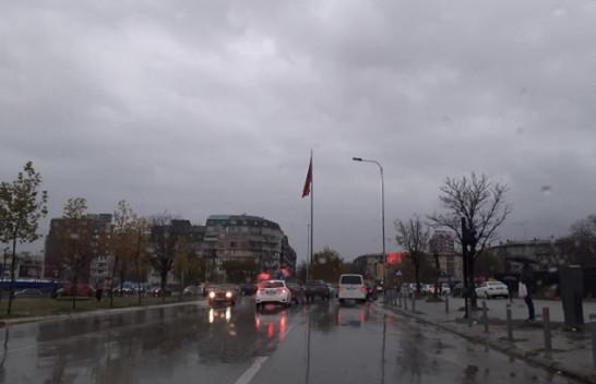 Mbani çadrat me veti, moti në Kosovë do të jetë me shi
