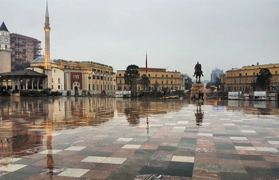 Vranësira me reshje shiu dhe dëbore, ky është parashikimi i motit për këtë fundjavë në Shqipëri