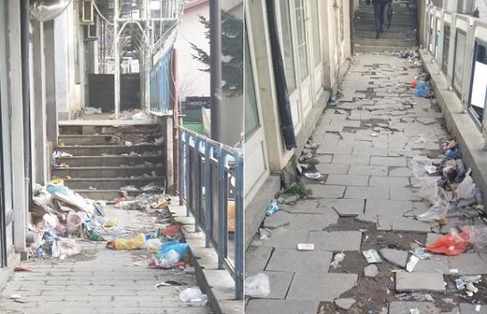 Mbeturinat mbulojnë shkallët e lokaleve te 'Lesna'