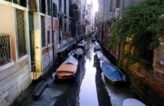 Pas përmbytjeve thahen kanalet e qytetit të Venecias