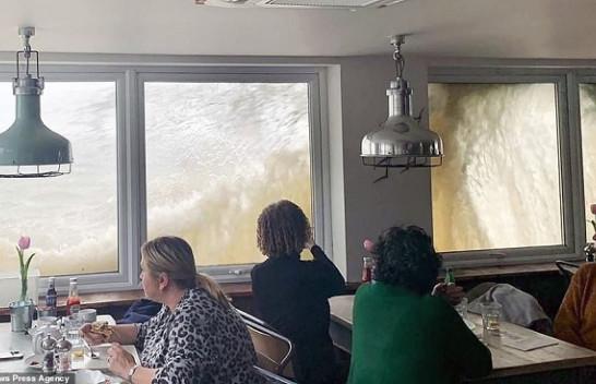 Stuhia godet Britaninë e Madhe, dallgë 10 metra mbi restorantin plot me njerëz