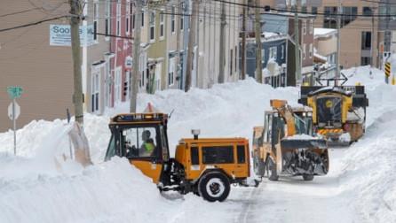 Reshje të mëdha të borës, ushtria kanadeze ndihmon në largimin e saj për të dalë nga shtëpitë
