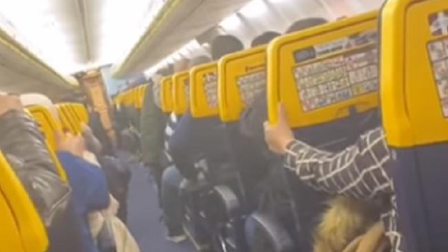 Panik në bordin e aeroplanit nga stuhia 'Dennis', pasagjerët e tmerruar bërtasin dhe luten