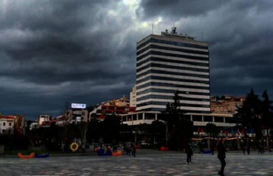 Mbani çadrat me veti, moti në Shqipëri do të jetë me shi