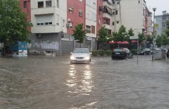 Moti i ligë, Durrësi 'mbërthehet' nga stuhia, disa rrugë të përmbytura