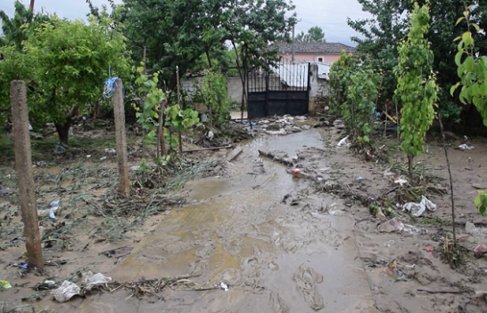 Del përroi nga shtrati, përmbyten banesa dhe rrugët në Korçë [Foto]