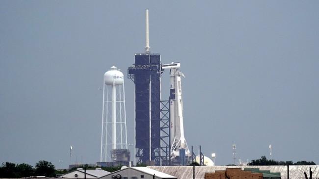 Nisja historike e SpaceX shtyhet për shkak të motit