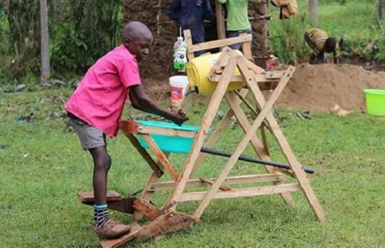 Koronavirusi: Djali 9-vjeçar nga Kenia bën shpikjen gjeniale për larjen e duarve [Video]