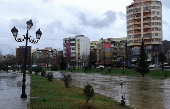 Shiu përmbyt rrugët e Tiranës, Lana pranë daljes nga shtrati