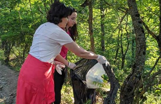 Ish presidentja Jahjaga mbledh mbeturina në Gërmi, apelon qytetarët për ruajtjen e natyrës