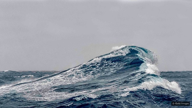 Varka revolucionare që prodhon energji nga dallgët e detit