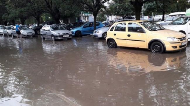 Maqedoni, pas reshjeve të mëdha të shiut ka mundësi për vërshime në mjediset urbane