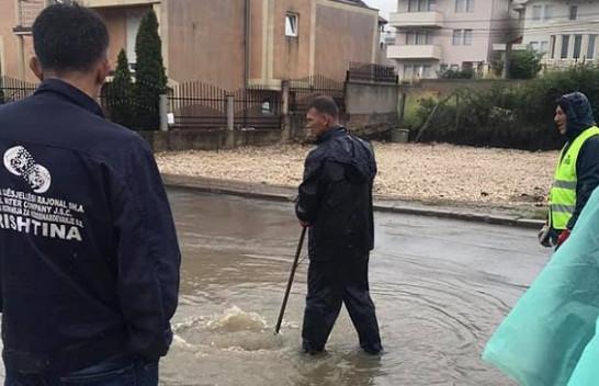 Prishtina vërshohet nga uji, ekipet e mirëmbajtjes së kanalizimeve në aksion [Foto]