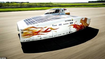 Makina me energji diellore zbret në rrugë për të thyer rekordin botërorë [Foto]