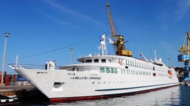 Rikthehen kroçerat në Portin e Durrësit 'LA BELLE DE L'ADRIATIQUE' sjell turistët e parë për këtë vit