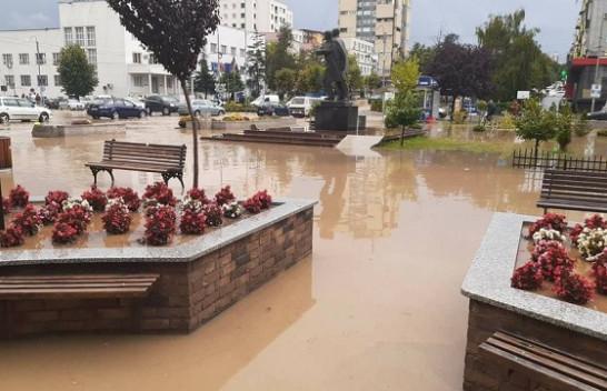 Rrebeshe shiu në pak minuta, uji mbush rrugët në Gjilan [Foto]