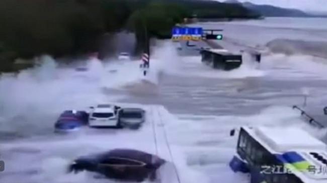 Momente dramatike, valët e detit 'pushtojnë' autostradën, përmbytin çdo gjë që i del përpara [Video]