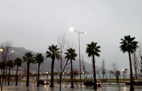 Alarm për përmbytje/ Bashkia e Vlorës apelon qytetarët që të shmangin lëvizjet me makina