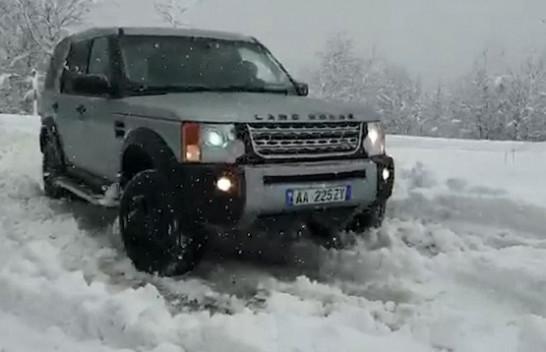 Moti i ligë mbërthen Shqipërinë, reshje dëbore në zonat malore, vështirësi për veturat