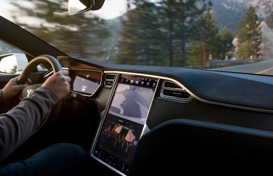 Veturat e Tesla-s së shpejti me opsionin për thirrje urgjente