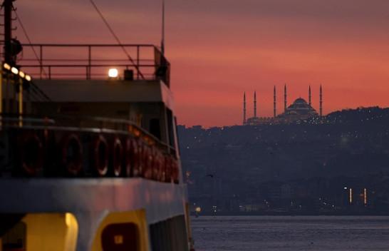 Lindje magjepsëse e diellit në qytetin më të madh të Turqisë, Stambollin [Foto]