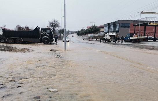 Reshjet e mëdha vërshojnë rrugët e Malishevës