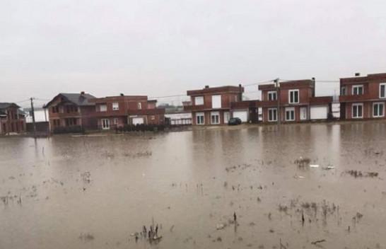 Reshjet e shiut përmbytin tokat bujqësore dhe oborret e shtëpive në Drenas