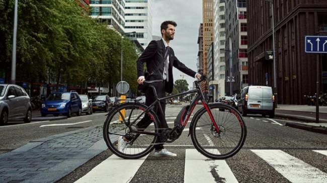 Vetura me shofer modë e vjetër, biçikleta elektrike pushton jetën luksoze