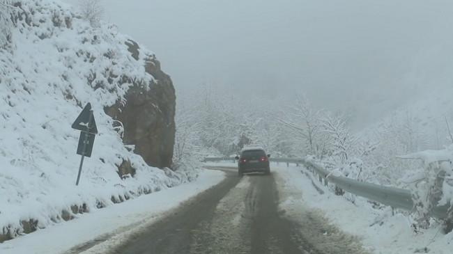 Korça zgjohet e ngrirë dhe e zbardhur nga bora