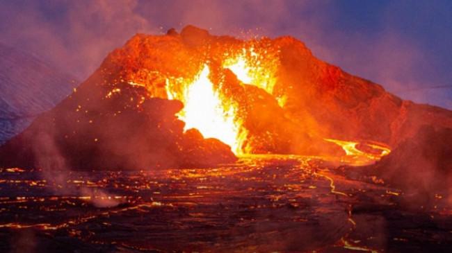 Në fotografi: Shpërthimi i vullkani në Islandë