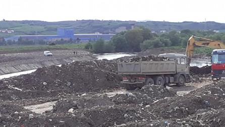 SKANDALOZE: Komuna e Vushtrrisë e rregullon shtratin e lumit Sitnica me mbeturina