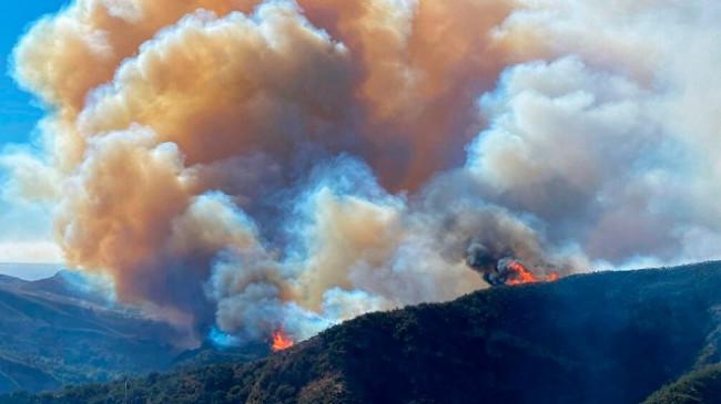 Kalifornia nuk gjen qetësi, era dhe terreni i vështirë favorizojnë zjarret